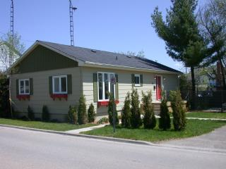 Comfortable 3 bedroom Cottage in Gananoque - Gananoque vacation rentals