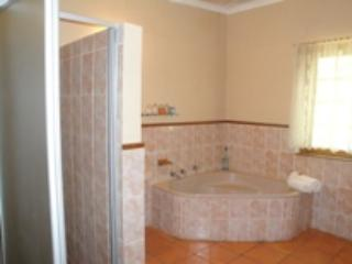 Cozy 2 bedroom Condo in Oudtshoorn with Microwave - Oudtshoorn vacation rentals