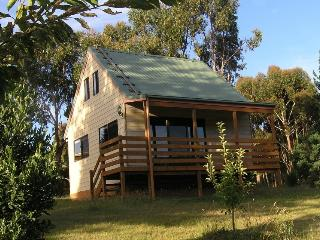 Romantic 1 bedroom Gembrook Cottage with A/C - Gembrook vacation rentals
