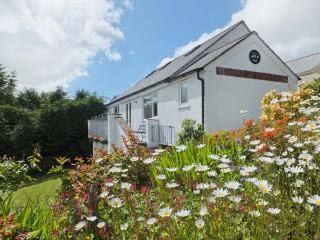 HALFPENNY COTTAGE, wonderful detached cottage, shared swimming pool, woodland area, lawned garden, near Gunnislake, Ref 20763 - Gunnislake vacation rentals