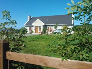 WILLOW COTTAGE, great touring base, en-suite facilities, off road parking, garden, near Narin, Ref 21403 - Annagry vacation rentals