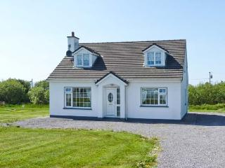 GOLF CLUB HOUSE, detached house near coast and golf club, ground floor bedroom, garden, Waterville Ref 25110 - Crossmaglen vacation rentals