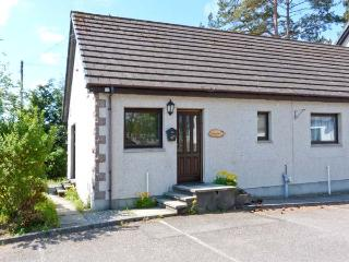 GARDEN COTTAGE, pet-friendly single-storey cottage, garden, close amenities in - Newtonmore vacation rentals
