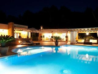 Bright House in Santa Gertrudis with Private Outdoor Pool, sleeps 12 - Santa Gertrudis vacation rentals