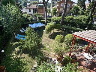 Apartment in Rome with garden in a quite Area North Rome,wifi,barbecue, buses,services - Rome vacation rentals