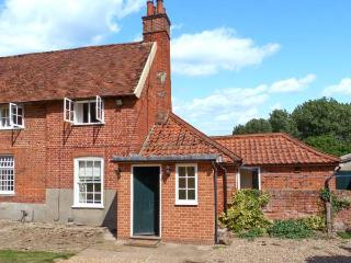 GARDENER'S COTTAGE, pet-friendly cottage with woodburner, garden, in Hadleigh Ref 24518 - Suffolk vacation rentals