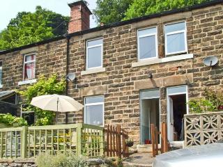 THE PAINTER'S COTTAGE, cosy cottage with village views, close National Park, ideal for touring, Matlock Bath Ref 26429 - Matlock vacation rentals