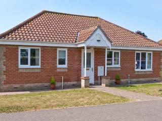 JOLEN, all ground floor, off road parking, garden, in Hemsby, Ref 21728 - Hemsby vacation rentals