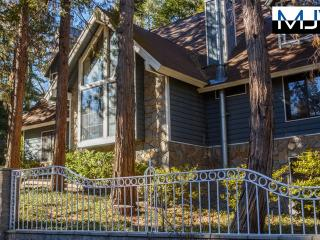RENTERS PARADISE!!! 5Br 5.5Ba, Large Jacuzzi/Sauna, Sleeps 14 - Lake Arrowhead vacation rentals