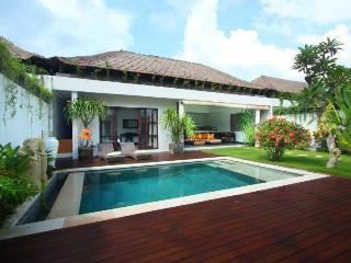 Cozy Tropical Villa Near Beach in Batubelig Seminyak - Seminyak vacation rentals