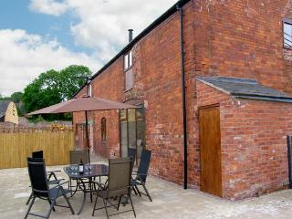 THE MILL HOUSE, spacious luxury cottage with hot tub, sauna, woodburner, pool table, games room, Alberbury Ref 15917 - Shropshire vacation rentals