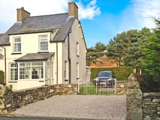 TY'R YSHOL, pet-friendly cottage with hot tub, woodburners, by golf course and beach, Morfa Bychan Ref 26167 - Morfa Bychan vacation rentals