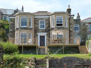 AVALA, Georgian property, en-suite bedrooms, pets welcome, moments from the beach, in Perranporth, Ref. 27178 - Perranporth vacation rentals