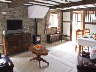 GROOM COTTAGE, character barn conversion in country courtyard setting, en-suite, patio, shared grounds, Bucknell Ref 27590 - Bucknell vacation rentals