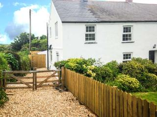 APPLEDORE COTTAGE, woodburner, pets welcome, off road parking, en-suite, pretty cottage near Porthtowan, Ref. 904671 - Porthtowan vacation rentals