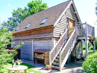 THE WAGONSHED, hot tub, woodburning stove, balcony with furniture, lawned garden with BBQ, Ref 913872 - Burlton vacation rentals