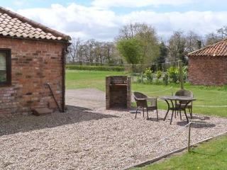 OWLETT COTTAGE, pet-friendly, single-storey cottage, en-suite, close Blyton, Gainsborough Ref 25575 - Gainsborough vacation rentals