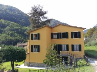 Lovely Villa in Lucca with Satellite Or Cable TV, sleeps 8 - Lucca vacation rentals