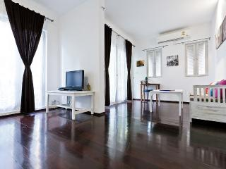 Lovely 3 BR, 1 min walk to Surasak BTS /pool/gym - Bangkok vacation rentals
