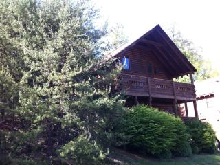 """Bear Hugs"", The most convenient cabin. - Pigeon Forge vacation rentals"