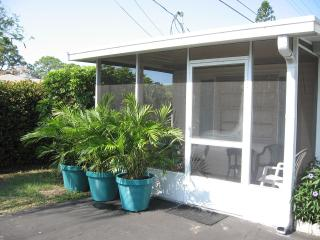 Cottage by canal, 6 min to beach - private garden - Bonita Springs vacation rentals