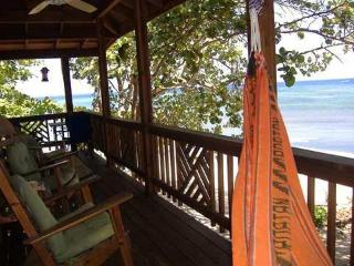 ROATAN: Cozy 1 bedroom BEACH COTTAGE FOR RENT - Bay Islands Honduras vacation rentals