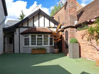 WOODEND ANNEXE, converted coach house, en-suites, Juliet balcony, cottage - Fontwell vacation rentals