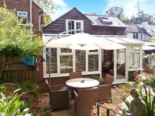 WOODEND ANNEXE, converted coach house, en-suites, Juliet balcony, cottage garden, in Fontwell, Ref 29382 - Fontwell vacation rentals