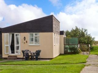 26D BEACH VIEW, semi-detached chalet, shared on-site facilities with outdoor heated swimming pool, near Earnley, Ref 29803 - Earnley vacation rentals