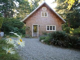 Perrywinkle Cottage - Bliss on Quadra Island! - Lund vacation rentals