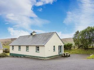 BEARA 4, single-storey, semi-detached cottage, pet-friendly, open fire, close to a sandy beach and Allihies, Ref 27857 - Allihies vacation rentals