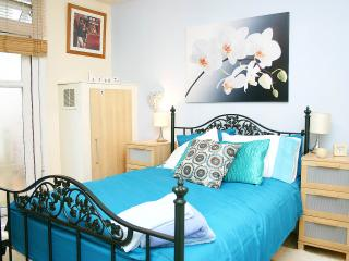 2 Bed Apt in Kensington Olympia MTH - London vacation rentals