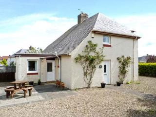 PUFFIN HOUSE, family and pet-friendly, ground floor bed, off road parking, close to coast and golf course, in Eyemouth, Ref 27012 - Eyemouth vacation rentals