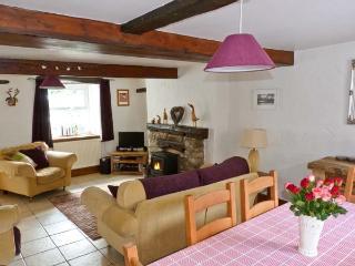 14 LOW ROW, WiFi, pet-friendly, woodburner & open fire, en-suite facilies, end-terrace cottage in Cark, Ref. 29073 - Cark vacation rentals