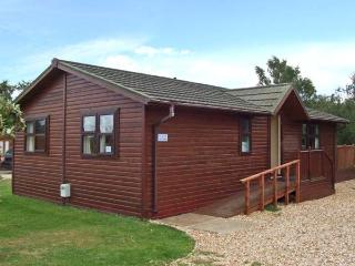8 LAZY SWAN, detached timber holiday lodge, en-suites, on-site facilities in Tattershall, Ref 28467 - Tattershall vacation rentals