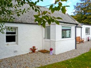 LILAC COTTAGE, stone-built cottage, all ground floor, woodburner, parking, garden, near Strathpeffer, Ref 30495 - Strathpeffer vacation rentals