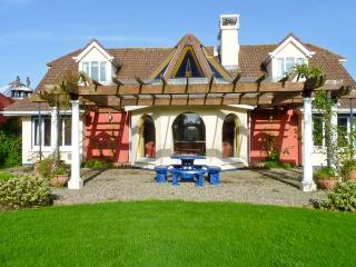 BALLYSHEEN HOUSE, semi-detached cottage, shared use of tennis courts, near Rosslare Harbour, Ref 24503 - Rosslare Harbour vacation rentals