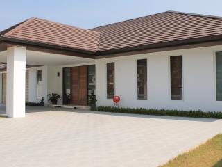 Bed & Breakfast w Pool & Parking - Golfers Welcome - Bang Lamung vacation rentals