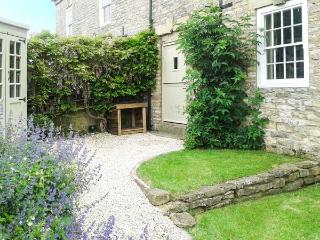 BEECROFT COTTAGE, character cottage, garden, open fire, near pub/shop in Slingsby, Malton Ref 19038 - Camelot vacation rentals
