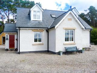 HIGHFIELD COTTAGE, patio with furniture, views of the Cairngorms Mountains, great for walking, Ref 913123 - Carrbridge vacation rentals