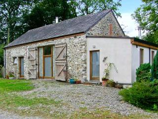LLWYNBWCH BARN, detached barn conversion, two woodburners, nature reserve on-site, countryside location, near Llansadwrn, Ref 29145 - Llansadwrn vacation rentals