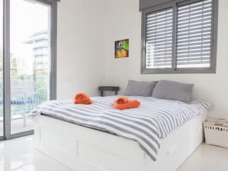 Beach Balcony Parking 2 Bed Luxury - Tel Aviv vacation rentals
