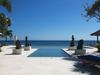 Villa Sali - luxurious beachfront villa with large - Lovina vacation rentals