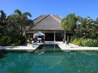 Villa Sali - luxurious beachfront villa with large infinity pool, staff and breathtaking views over de Bali Sea! - Lovina vacation rentals