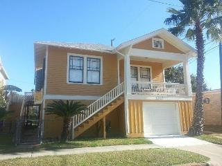 4 Blocks to the Beach, Close to Pleasure Pier, Sleeps 9, Garage - Tiki Island vacation rentals
