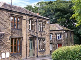 ONE SHARP LANE, family friendly, country holiday cottage, with a garden in Almondbury, Ref 29158 - Huddersfield vacation rentals