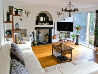 RIVERSIDE COTTAGE, pets welcome, WiFi, beautiful riverside garden, attractive cottage in Ironbridge, Ref. 29594 - Ironbridge vacation rentals