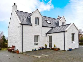 6 TOTESCORE, detached cottage, open fire, enclosed garden, mountain views, near Uig, Ref 30849 - Uig vacation rentals
