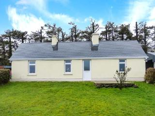 HEATHER COTTAGE, ground floor cottage, dog-friendly, woodburner, far-reaching views, detached cottage near Rathmore, Ref. 30870 - Millstreet vacation rentals