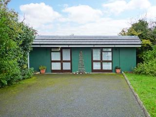 WOODSIDE LODGE, single-storey accommodation, woodburner, pet-friendly, near Oughterard, Ref 30696 - Galway vacation rentals
